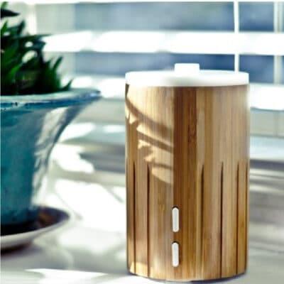 O'ME Bamboo ultrasonische diffuser op tafel
